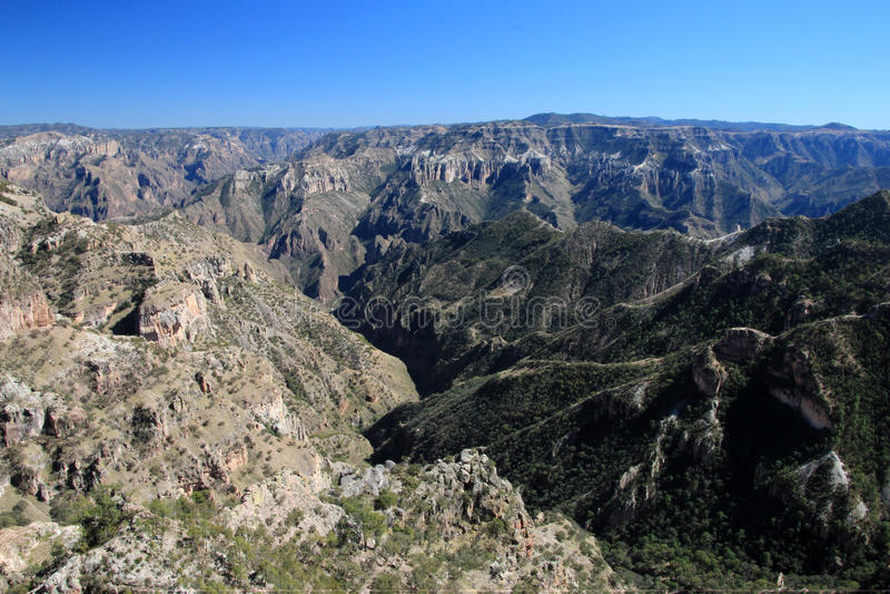 Bergiga landskap av kopparkanjoner i chihuahuaen, Mexico fotografering för bildbyråer