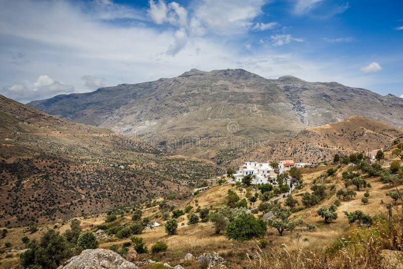 Bergigt landskap för härlig Kreta med den vita walled byn i dalen royaltyfria bilder