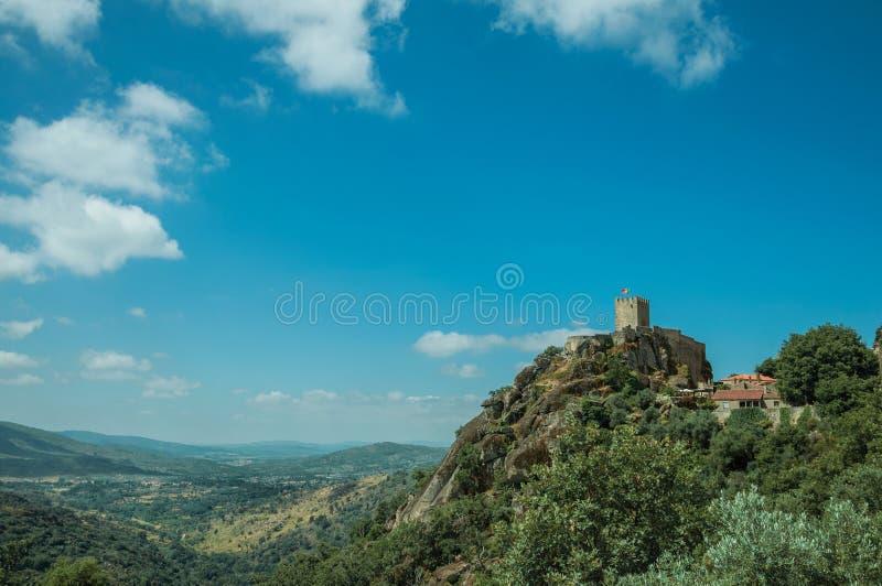 Bergigt landskap med tornet av slotten ?ver den steniga klippan royaltyfri fotografi
