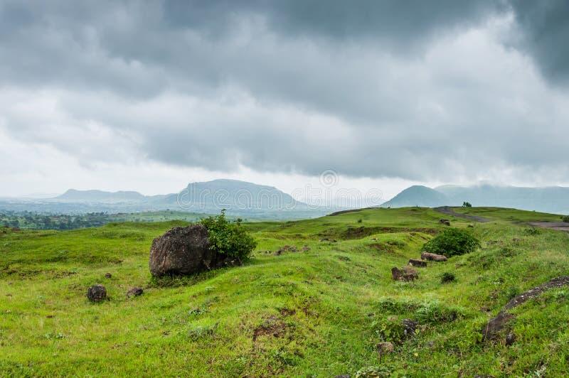 Bergigt område på en molnig afton royaltyfri foto