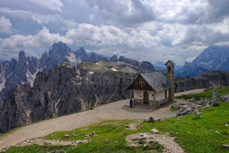 Bergkapell i Dolomites, Italien arkivbilder