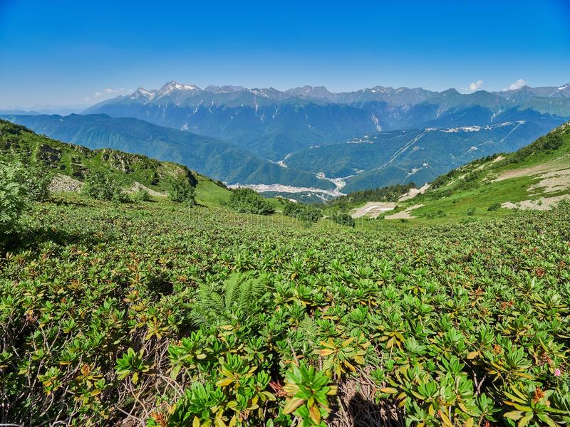 Bergketen en vallei met woonhuizen, mening van een hoogte stock fotografie