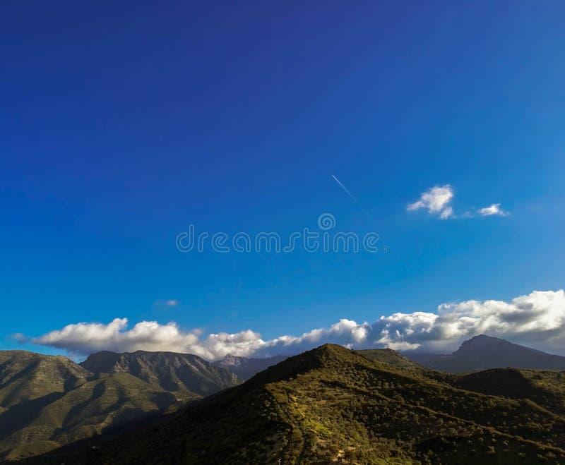 Bergketen tegen wolken Idyllisch landschap royalty-vrije stock afbeelding