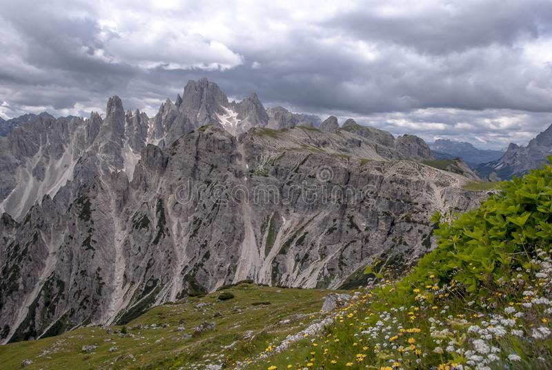 Bergketens die Tre Cime Park in Italië omringen stock afbeelding