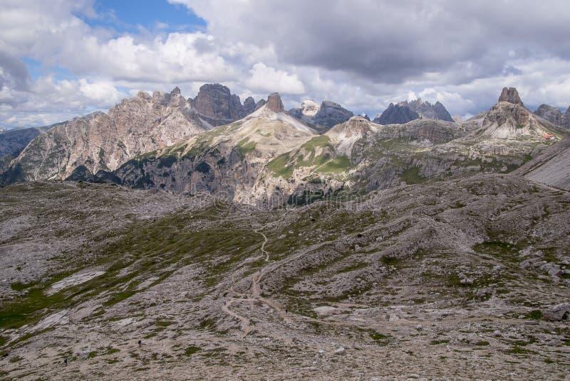 Bergketens die Tre Cime Park in Italië omringen royalty-vrije stock afbeeldingen