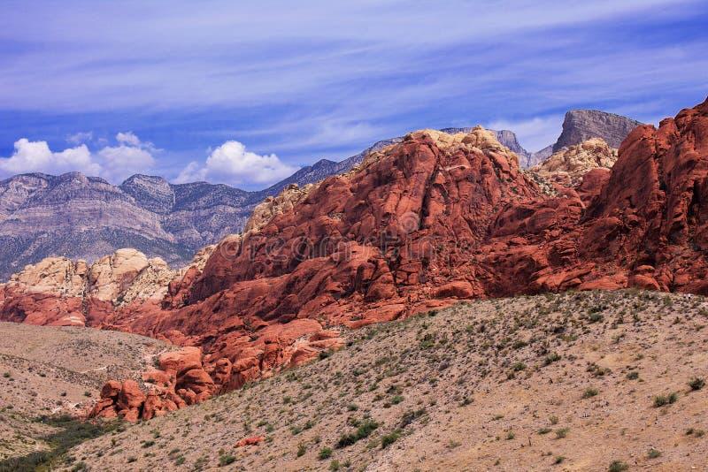 Bergketens in Rode Rots, Nevada De rotsen zijn levendige rode, oranje en donkere bruin, en tonen tekens van zware erosie De hemel royalty-vrije stock afbeeldingen