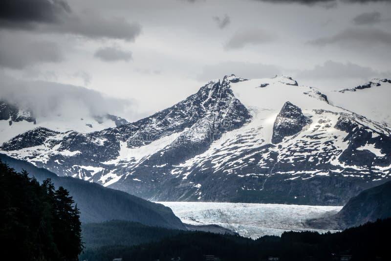 Bergketenscènes in juni rond juneau Alaska stock afbeeldingen
