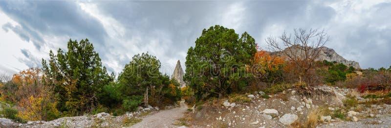 Download Bergklippa På En Molnig Höstdag Fotografering för Bildbyråer - Bild av oklarheter, natur: 76703485