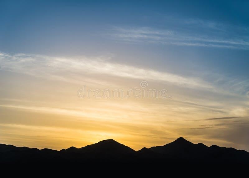 Bergkontur på solnedgången royaltyfri fotografi