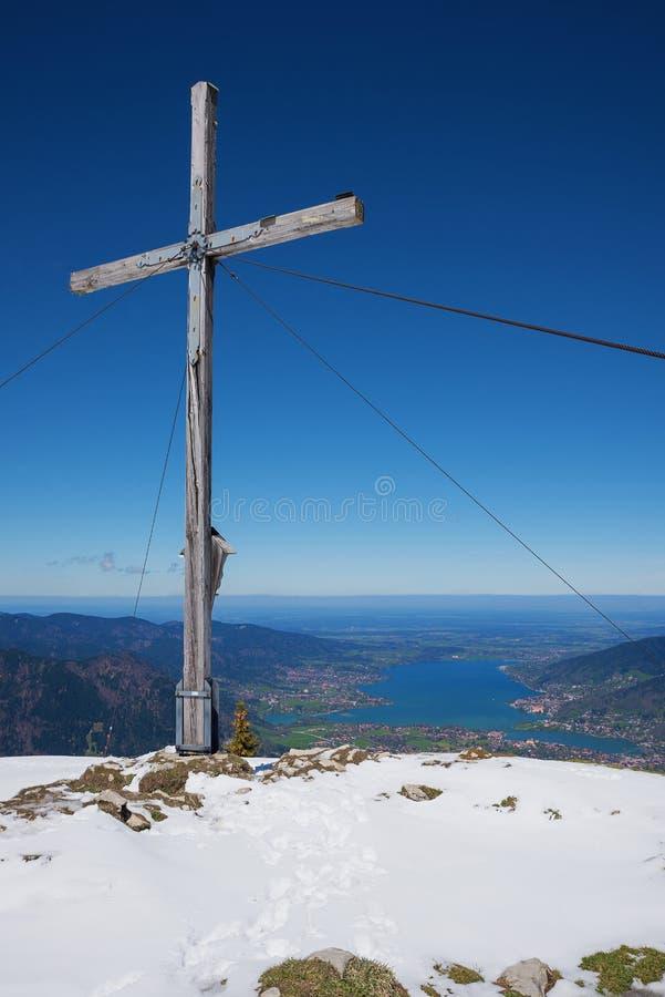 Bergkruis op setzberg, tegernseegebied, hoger Beieren royalty-vrije stock foto's