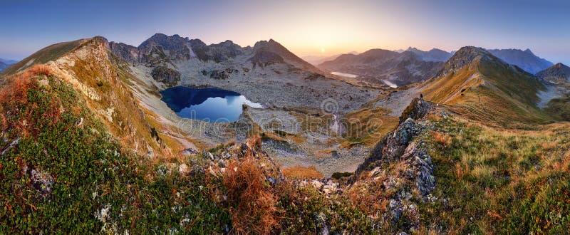 Berglandcapepanorama på sommar med sjön i Tatras, Polen arkivbild