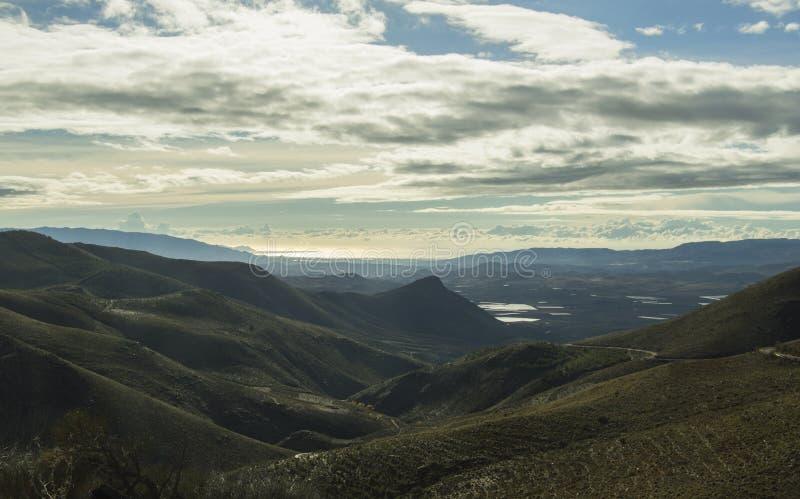 Berglandschaft, blauer Himmel, weiße Wolken, Horizont stockfotos