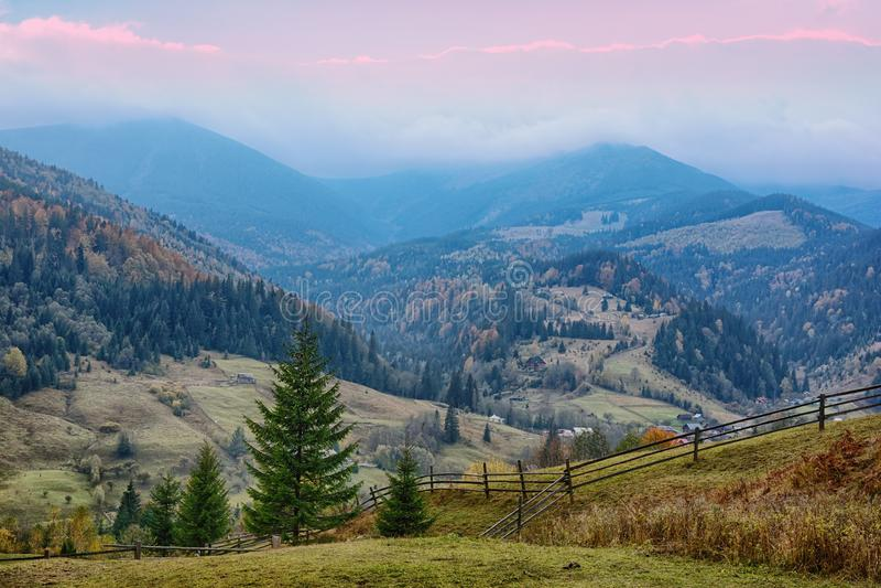 Berglandschaft des schönen Sonnenaufgangs in den ukrainischen Karpaten lizenzfreies stockbild