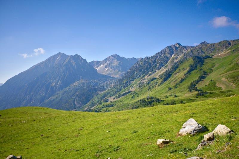 Berglandschaft an einem vollen Tag stockfoto