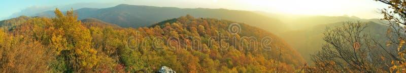 Berglandschaft, Herbstfarben, wilde Natur der Wegabflussrinne lizenzfreie stockfotos