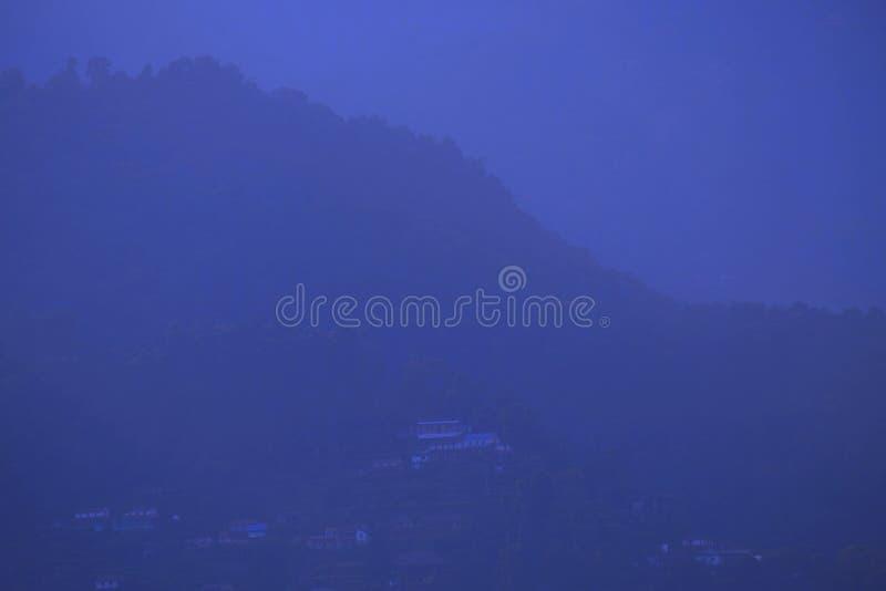 Berglandschaft im Blau lizenzfreie stockfotografie