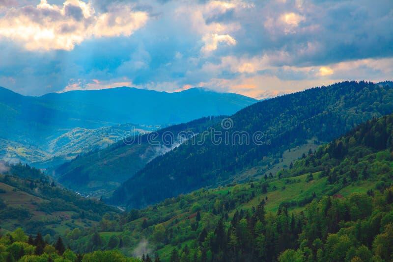 Berglandschaft mit drastischem Himmel stockfotos