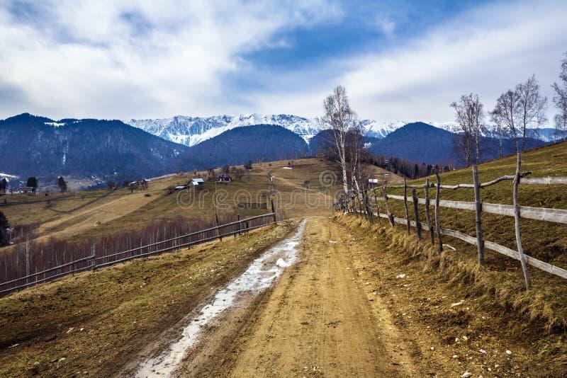 Berglandschaft mit Landstraße stockfotos