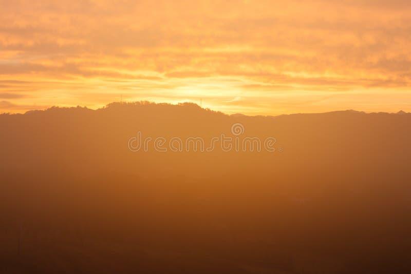 Berglandschaft mit magischem orange Licht bei Sonnenaufgang nahe San Juan in Asturien stockfotografie