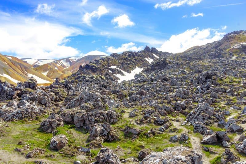 Berglandschaft mit Schnee in Island Tal-Nationalpark Landmannalaugar stockfotos