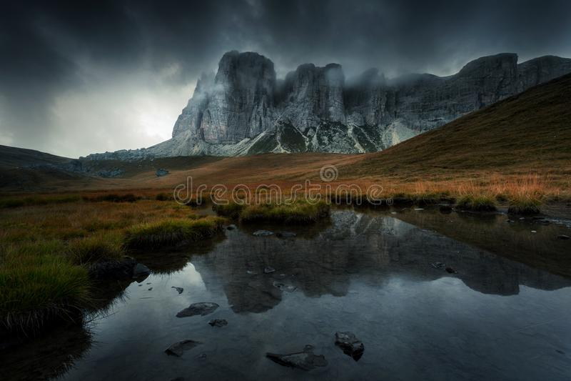 Berglandschaft mit See und dunkle großartige Wolken in stockbilder