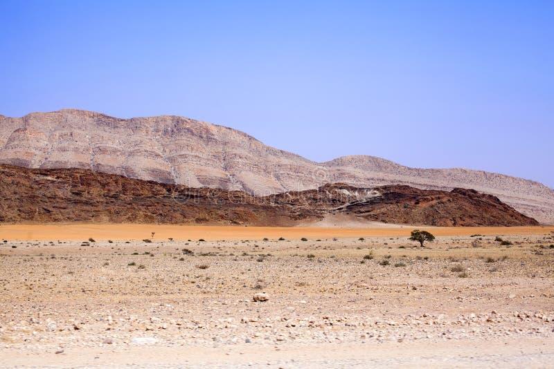 Berglandschaft in Nationalpark Naukluft in Namibischer Wüste auf dem Weg zu den Dünen von Sossusvlei, Namibia, südlicher Afrika lizenzfreies stockbild