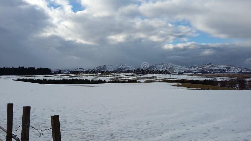 Berglandschaft in Schottland während der schneebedeckten Wintermonate stockfotos