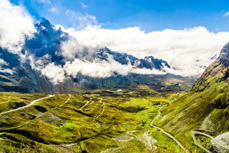 Berglandschaft und Ansicht in Ausgangspunkt der Todesstraße lizenzfreies stockfoto