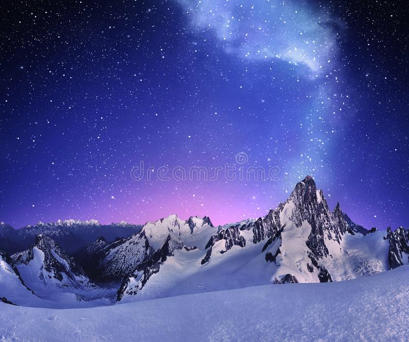 Berglandschaft unter klarem sternenklarem Himmel stockfotos