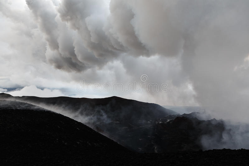 Berglandschaft von Kamchatka: ein Bereich der vulkanischen Eruption lizenzfreie stockfotos