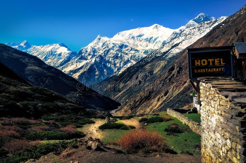 Berglandschaftsansicht mit lokalem Steinhütten- und Hotelzeichen, Himalaja, Nepal stockbilder