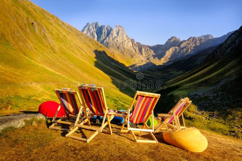 Berglandschaftsansicht mit sitzenden Stühlen, Entspannungskonzept lizenzfreies stockbild
