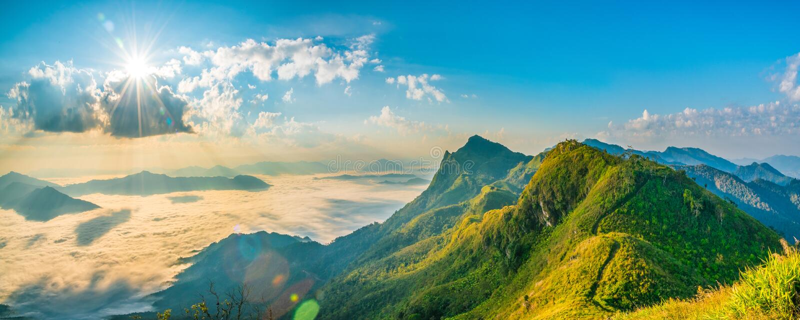 Berglandschaftsnatursommer oder Frühlingshintergrund mit Sonne r stockbild
