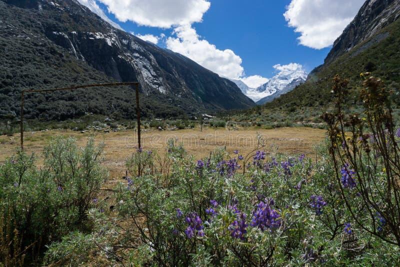 Berglandschap in de hoge valleien van Cordillerablanca met een rudimentair voorlopig voetbalgebied stock foto's