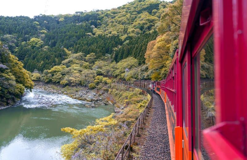 Berglandschap en Hozu-Rivier die van de Toneelspoorweg van Sagano, Arashiyama wordt gezien royalty-vrije stock fotografie