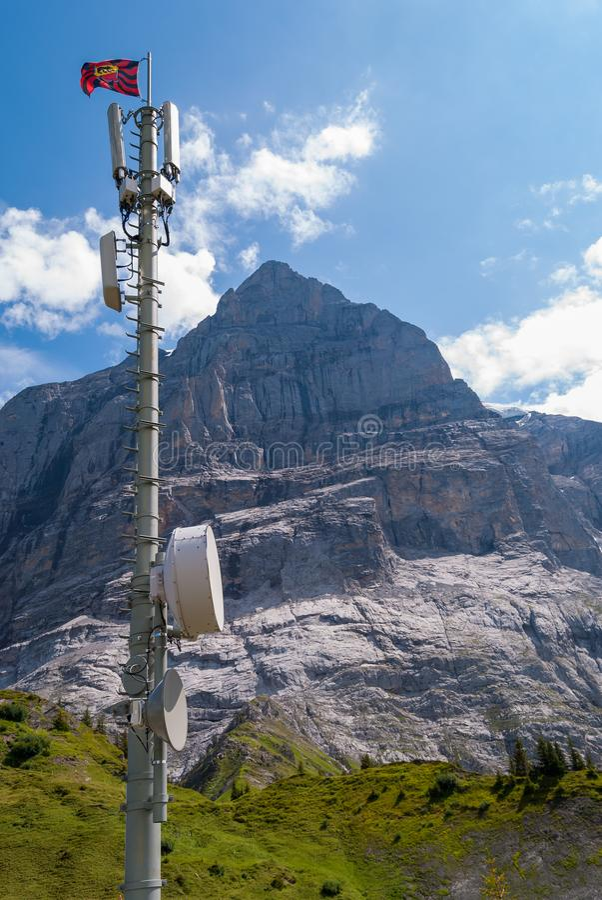 Berglandschap en mast van cellulaire mededeling over Grosse Scheidegg in de Zwitserse Alpen royalty-vrije stock foto's
