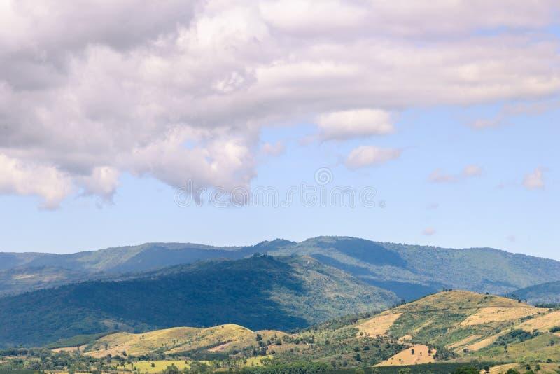 Berglandschap en weiden met aardige blauwe hemel en wolk op de zomer zonnige dag stock fotografie