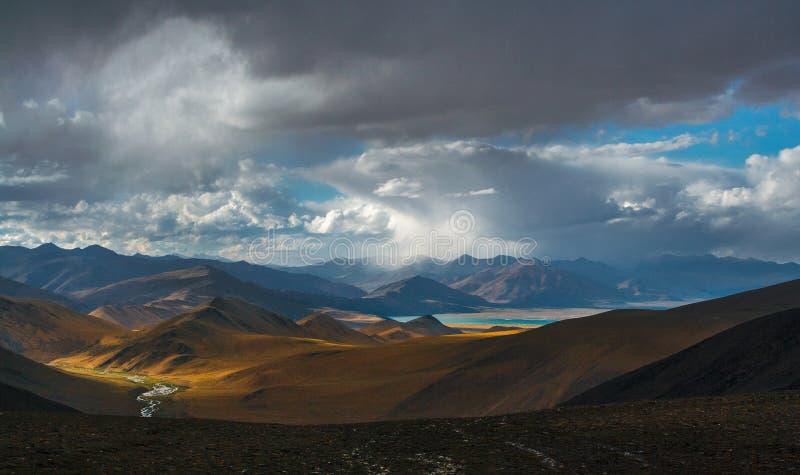 Berglandschap in het Indische Himalayagebergte stock afbeelding