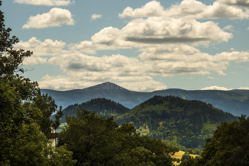 Berglandschap, Karkonosze-Bergen met wolken in de rug royalty-vrije stock afbeelding