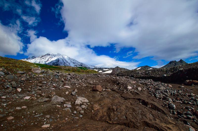 Berglandschap: mening over actieve Koryaksky-Vulkaan op een zonnige dag Koryaksky-Avachinsky Groep Vulkanen, Kamchatka stock foto
