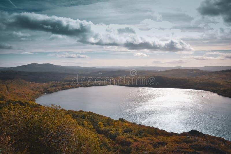 Berglandschap met een meer, bergen en bos in de herfst Sanabria Lake, Zamora, Spanje stock afbeeldingen