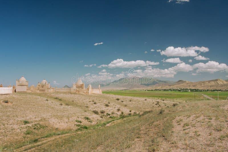 Berglandschap met historische Moslimbegraafplaats in het Midden-Oosten royalty-vrije stock afbeelding