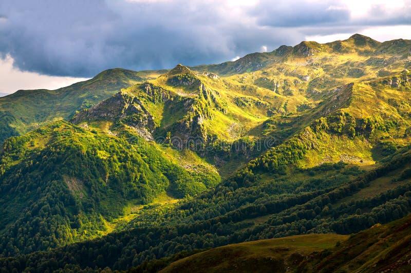 Berglandschap met lucht en donkere wolken stock afbeelding