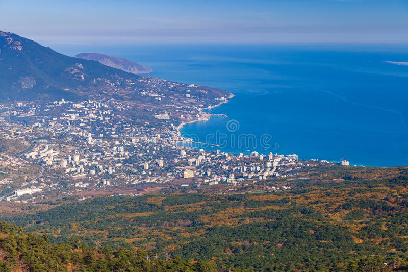 Berglandschap met Yalta-stad royalty-vrije stock afbeeldingen