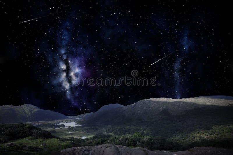Berglandschap over nachthemel of ruimte royalty-vrije stock afbeelding