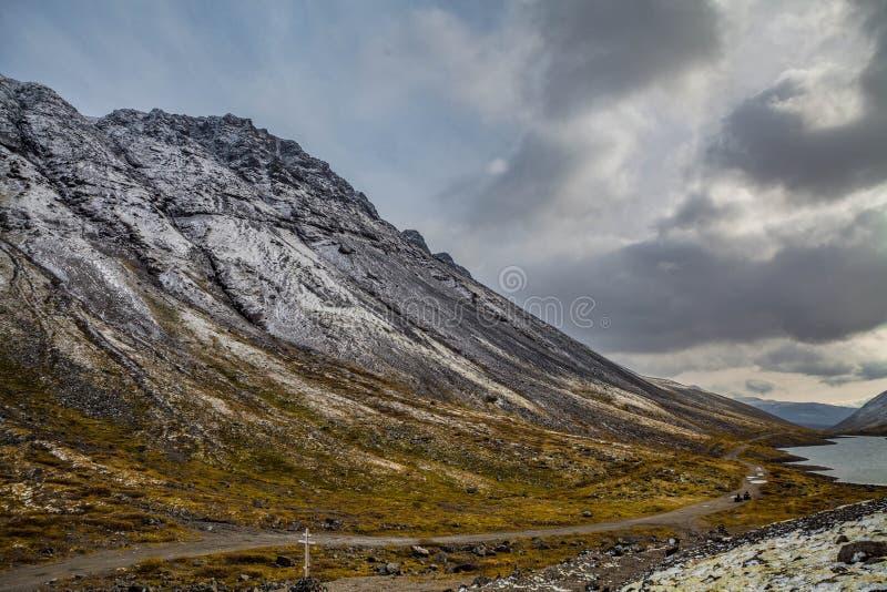 Berglandschap Rakkerland van een bergmeer op een regenachtige herfstdag Eerste sneeuw royalty-vrije stock foto's