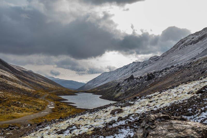 Berglandschap Rakkerland van een bergmeer op een regenachtige herfstdag Eerste sneeuw royalty-vrije stock fotografie