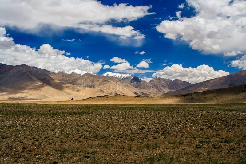 Berglandschap van Himalayagebergte stock afbeeldingen