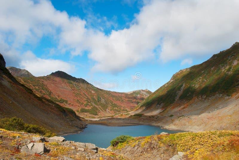 Berglandschap van meer en blauwe hemel stock afbeeldingen