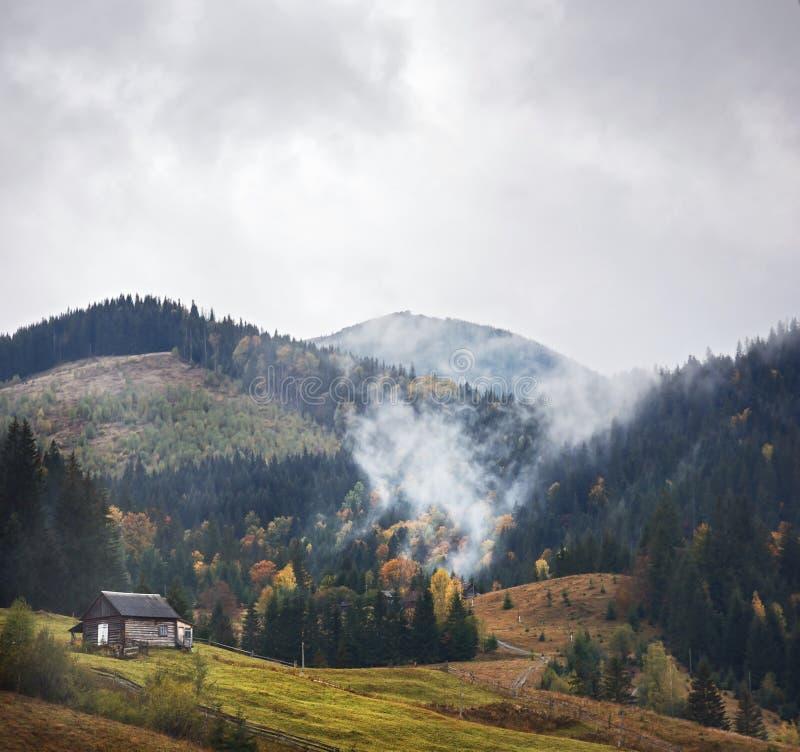 Berglandschap van mooie mistige ochtend in de Oekraïense Karpaten royalty-vrije stock afbeelding
